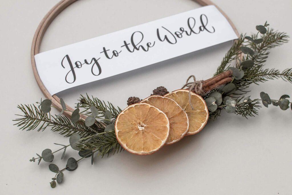 Karácsonyi dekoráció, DIY, kézműves ajtó dísz, készítsd el te magad, olvasd el a cikket ahol leírjuk a lépéseket. Vagy add ajándékba